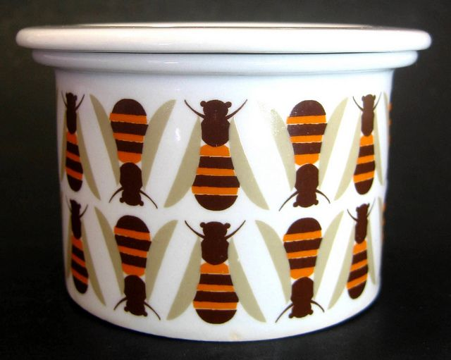 Vintage 1960s Arabia (Finland) Small 'Bee' Honey Pot by Raija Uosikkinen... I want to make a stamp of this for all my pots!