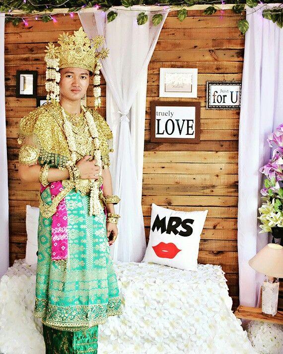 Aesan Gede Baju adat tradisional Sumatera Selatan Terdiri dari beberapa lapis kain songket dan perhiasan emas membuat siapa saja akan menjadi gagah dan anggun dalam acara pernikahannya Pada dasarnya Aesan Gede berwana merah di kombinasi dengan benang emas #palembangkece #iloveindonesia