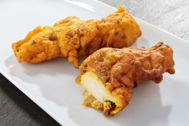 Chicken pakoras are deep fried pieces of chicken which are full of flavor. Chicken pankora can be eaten as a snack, appetizer or on the side with a full Indian dinner. The chicken pakoras of this recipe are bursting of flavor and the mint chutney gives a nice fresh touch.