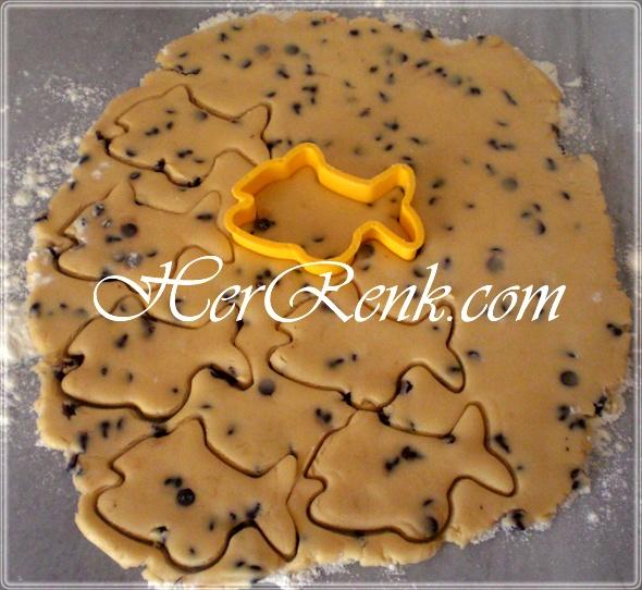 DAMLA ÇİKOLATALI KURABİYE   Şekilli kurabiyeleri tezgah üzerinden alırken bir bıçak yardımıyla dikkatli bir şekilde kaldırarak, yağlı kağıt serdiğimiz fırın tepsisine yerleştirelim.    Ben bir kısmını bu şekilde bir kısmını da yuvarlak ve kesme kurabiye şeklinde hazırladım.  http://www.herrenk.com/sdetay.asp?id=1026=2026