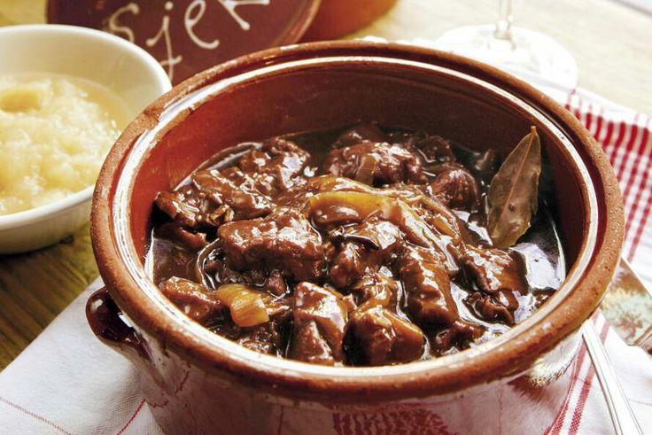 Zoervleis (Zuurvlees)  Voor 4 personen  Ingrediënten  • 800 gram veulen of paardenvlees (poulet); alternatief runderpoulet  • 4 dl. water  • 4 dl. blanke of natuurazijn  • 500 gram dikke uien  • 5 eetlepels appel