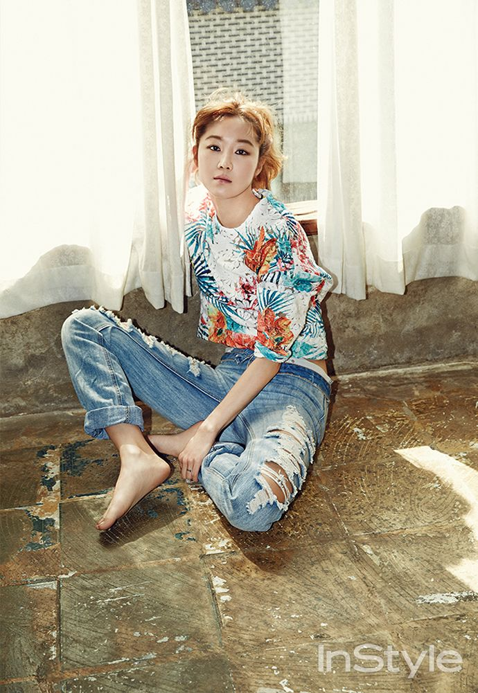 palm print #sweater x distressed #jeans :: Gong Hyo Jin for InStyle Korea, July 2014