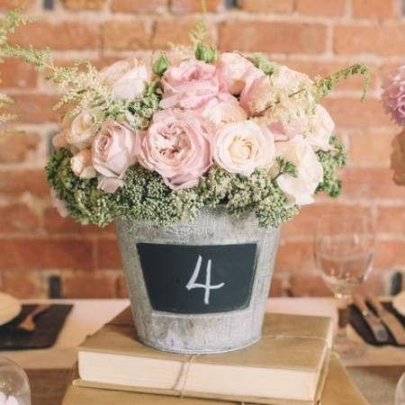 Centros de mesa originales con flores para bodas campestres - Originales centros de mesa con flores, rosas en este caso, y que además sirven para numerar las mesas de los invitados.