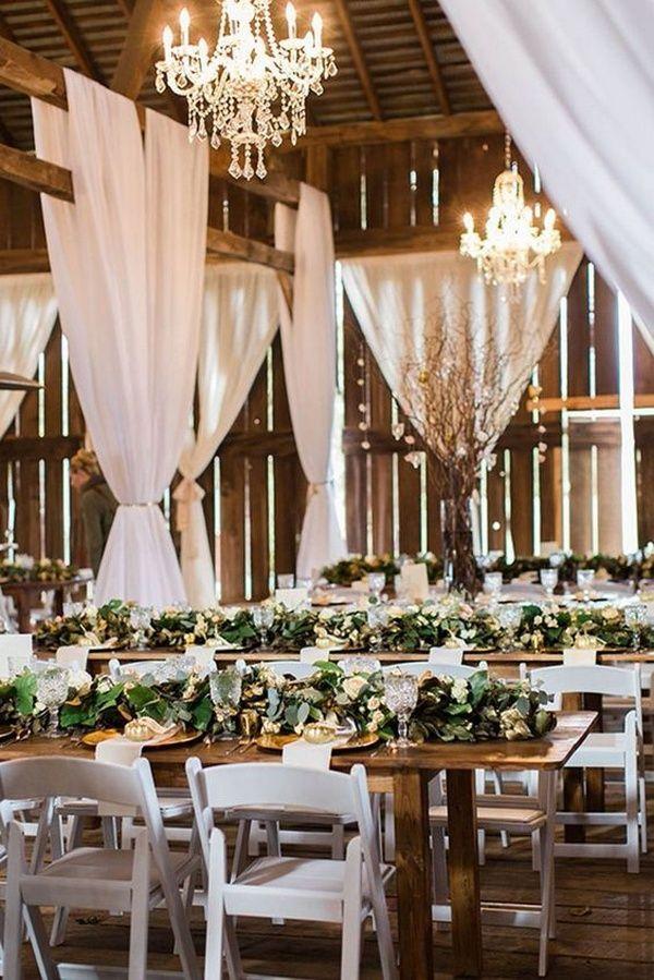 rustikale Scheune Hochzeitsfeier mit viel Grün auf Holztisch #Hochzeit #Hochzeit