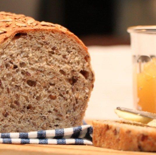 Her kommer en ny brødoppskrift, med masse hele korn, kjerner og frø. Jeg har fått ny Kenwood kjøkkenmaskin, og driver nå og tester den ut blant annet på bakst. Disse velsmakende brødene ble til i e…