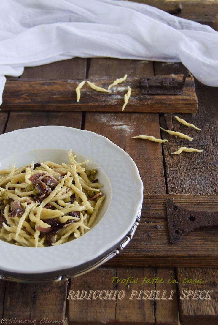 TROFIE HOMEMADE con un velocissimo condimento: radicchio, speck e piselli! RICETTA http://blog.giallozafferano.it/lapasticceramatta/ricetta-trofie-fatte-mano-piselli-speck-radicchio/