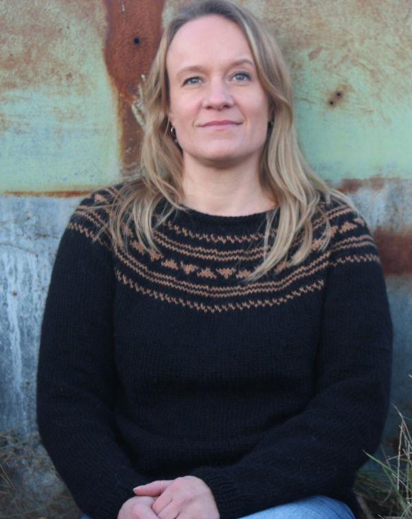 Strik sweater med mønster og talje. Strikkes i lama uld efter nem opskrift uden forkortelser.