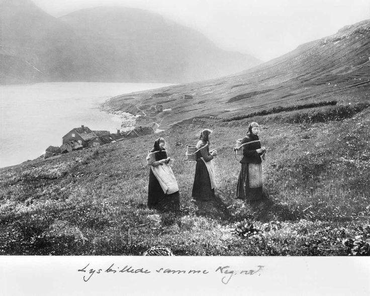 Malkepiger (neytakonur) ved Haraldsund i Færøerne, 1898