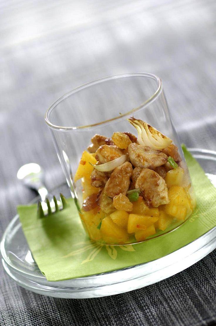 Recette de Petites Verrines au poulet et mangues épicées avec Knorr®. Il vous faut : escalopes de poulet, huiles d'olive, eau, oignons nouveaux, Fond de veau Knorr®, curry, piment en poudre, mangue mûre mais ferme, raisins secs, sel