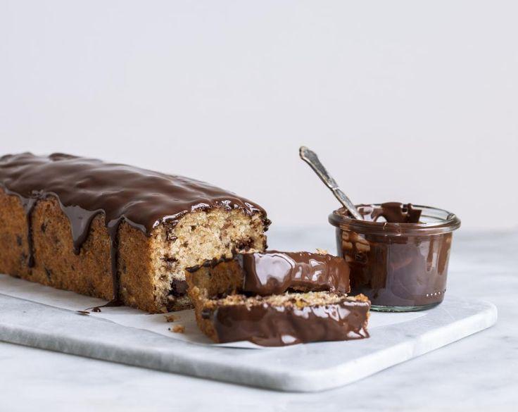 Luksus banan. Kombinationen af den søde banan, den salte peanutbutter og den mørke, let bitre chokolade er fantastisk og klæder banan kagen i luksus.