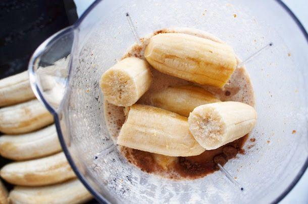 3 - Tâmaras batidas com leite + banana congelada + cacau em pó
