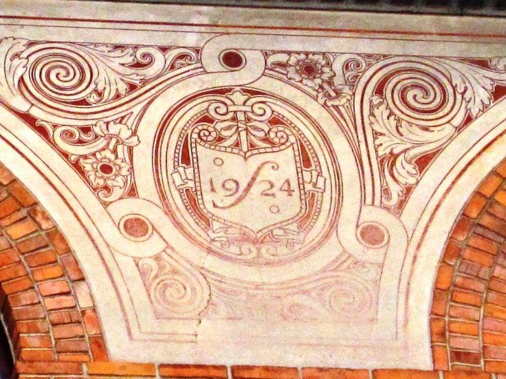 curiosità...date sulle facciate dei palazzi a #Udine, scritte lassù sotto il cielo....http://goo.gl/ZkneMR