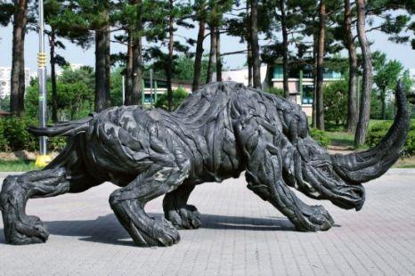 Kunst - #neushoorn van autobanden rubberen beeld.