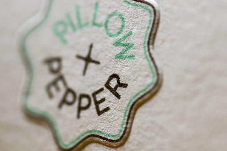 """Mit ziemlicher Sicherheit eines unserer Lieblingspapiere - Materica von Fedrigoni (reddot design award winner 2012). Bei den Karten von """"Pillow+Pepper"""" kam das Materica gesso 360g zum Einsatz. Durch das extrem hohe Volumen hat das Papier eine unglaubliche Dicke von 0,64mm ein echtes Brett! Bei soviel Papier ist eine Blindprägung ein echtes Highlight - hier kann mit viel Druck gearbeitet werden, um ein perfektes haptisches Erlebnis zu erzielen."""