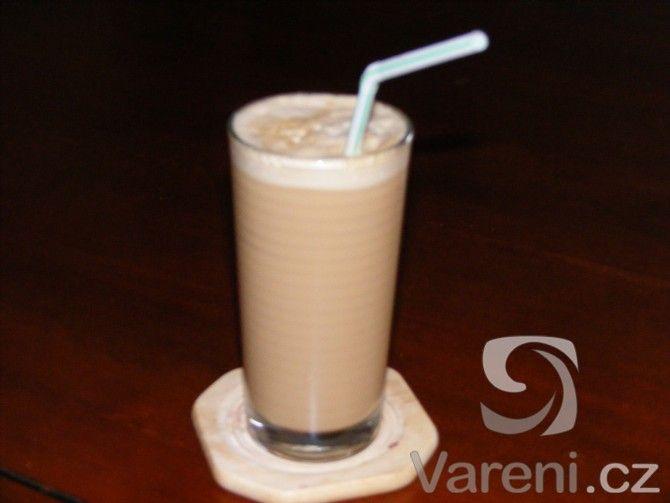 Výborná káva, která se hodí například na zahradní oslavy. Jednoduchý recept ze všeho, co máme doma.