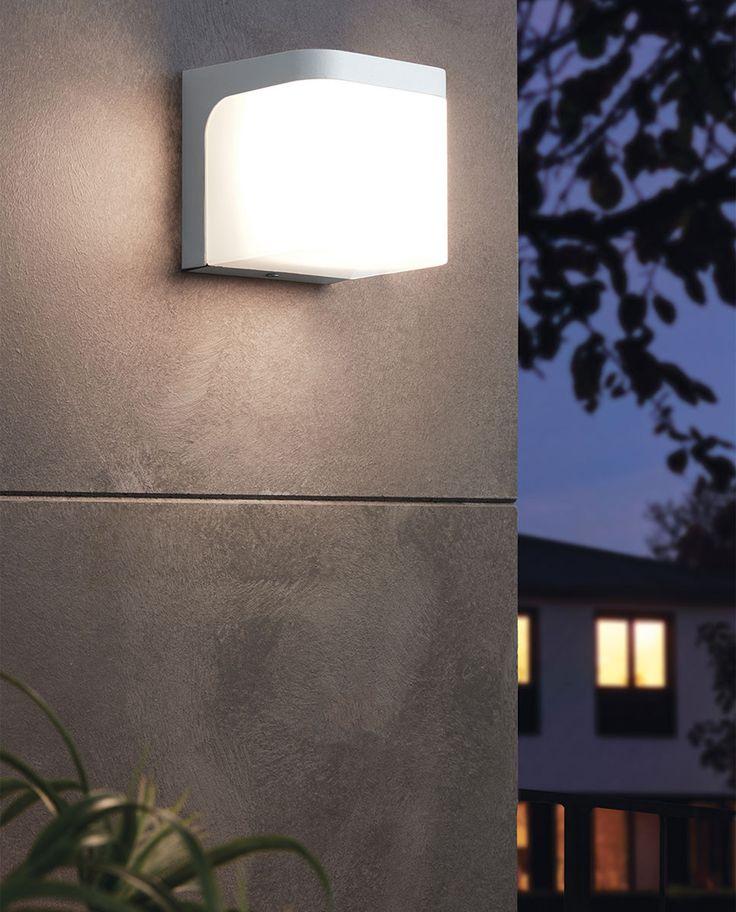 Jorba er en enkel og rimelig LED utendørs vegglampe fra Eglo. Den er produsert i formstøpt aluminium i kvadratisk form med avrundede kanter og kommer i hvit eller antrasitt utførelse med en skjerm i plast.