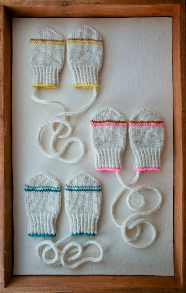 Hauska idea, jokaiselle kutoo vauvana omat lapaset ja sitten kehystää muistoksi. :)