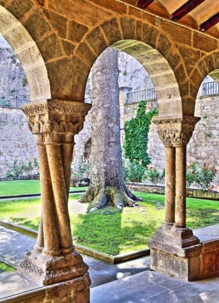 Columnas Torsadas, Claustro Románico - Detalle del Claustro de San Pedro de la Rúa, Estella, Navarra