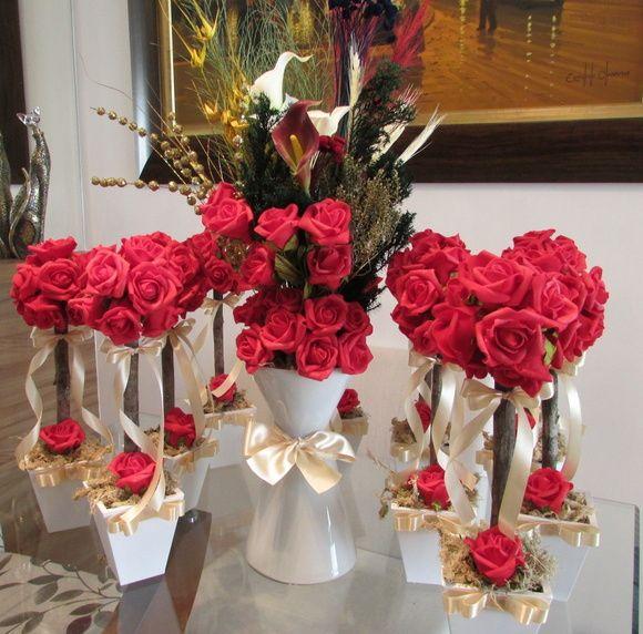 Lindo kit R 491,90 corresponde:  -10 topiaras de rosas vermelhas - centro de mesa convidados; -1 arranjo vaso de vidro cinturinha fina.  Topiara mede 12x35 cm.alt. contém 12 rosas grandes, vaso grande MDF -fita champagne  Arranjo na taça de vidro branco mede de alt.65 cm.alt. contém copos de leite,rosas,flores secas diversas desidratadas,lírios,aspargos secos,sempre vivas,pinheirinho e muito mais...laço chmapgane  Kit poderá ser nas cores: champagne, branco, vermelho, amarelo, pik, rosa, ...