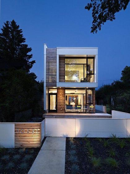 Fachada de casa de dos pisos pequeña