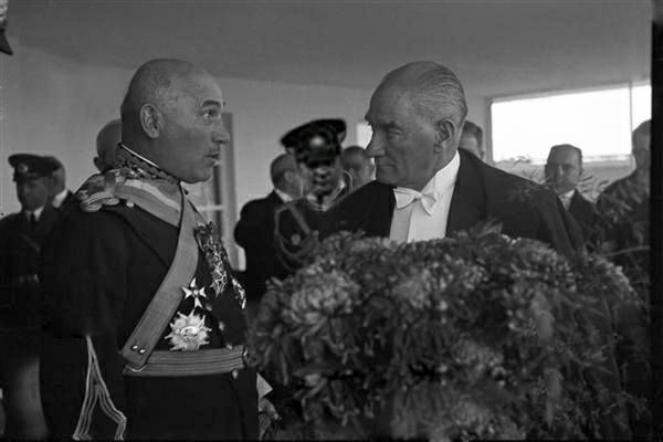 Cumhuriyet'in 14. Yıldönümü Atatürk Cumhuriyet Balosu'nda kendisini şaşkın gözlerle izleyen Romanya Genelkurmay Başkanı General Şikityu ile beraber…(29 Ekim 1937)