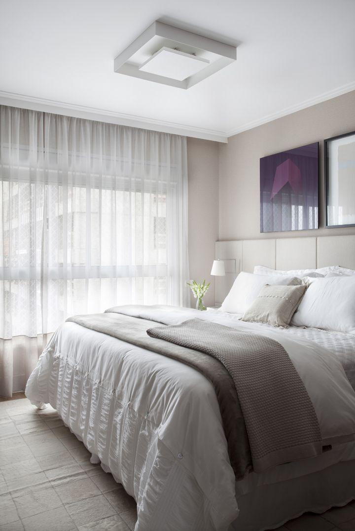 Gostei da cortina, teto, cor neutra, a disposição dos quadros e a cabeceira é muito linda também.