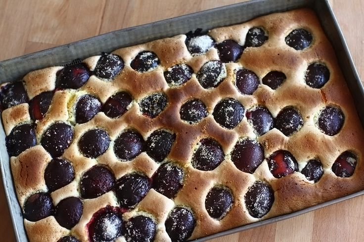 Prăjitura este gata când o scobitoare curată înfiptă în aluat iese afară curată, fără urme de aluat crud.