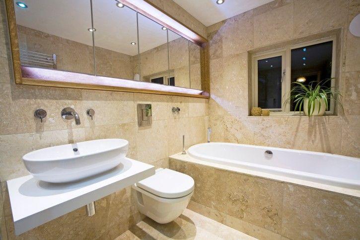 Moderne Marmorbadezimmer Mit Weißen Einzelspülbecken Und Weiß WC · Luxus  BadezimmerBadezimmer ...
