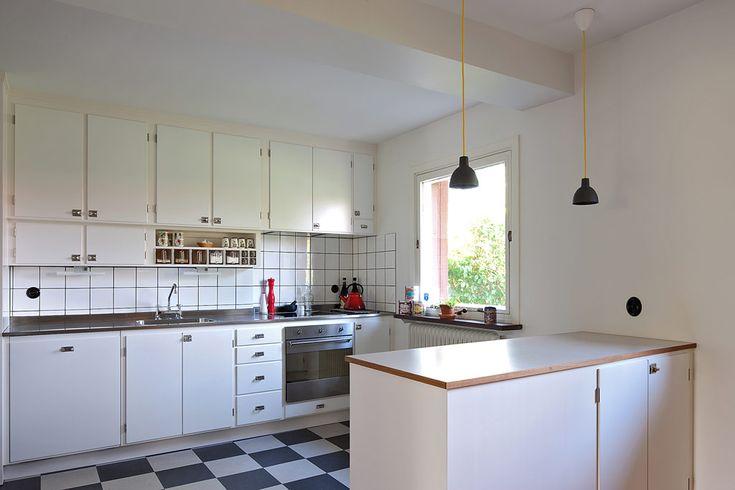 Platsbyggtkök av Rikard Jakobsson, Möllansverkstäder i Malmö/site-bygget funksjonelt kjøkken i den opprinnelige stilen