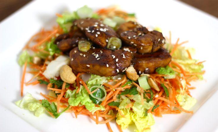 """Steeds maar die salade met rucola, veldsla of spinazie, dat gaat op een gegeven moment ook maar vervelen. Vuldan eens een salade met kool, als vervanger voor sla! Witte kool, rode kool of spitskool, dit kun je allemaal ongekookt door een salade verwerken en geeft de salade een bite en... <a href=""""http://cottonandcream.nl/wortelsalade-met-ketjap-kip/"""">Read More →</a>"""
