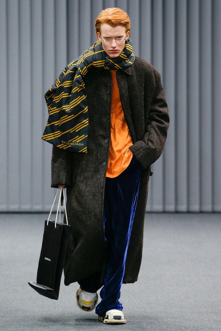 See the complete Balenciaga Fall 2017 Menswear collection.