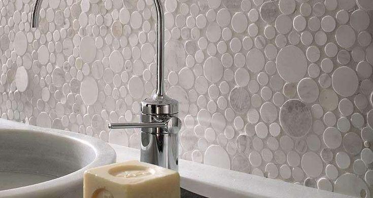 Originalissima parete del bagno effetto mosaico a pois
