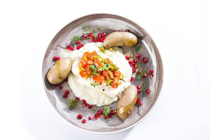 """Kveite med blomkålkrem, poteter, tomatsalsa og granateple  -> Marte: """"Noe av det beste både jeg og mannen min har spist på mange år - fantastisk smakssammensetning i denne retten"""""""