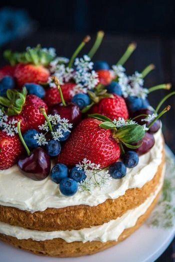 ニューヨークの人気スイーツ店が発祥というネイキッドケーキは、クリームで覆わずにあえてスポンジを見せるスタイル。フルーツやお花などをたっぷりトッピングすれば、簡単におしゃれなケーキができあがります。クリームでのデコレーションに時間をとられないので、気軽にケーキ作りが楽しめますね。
