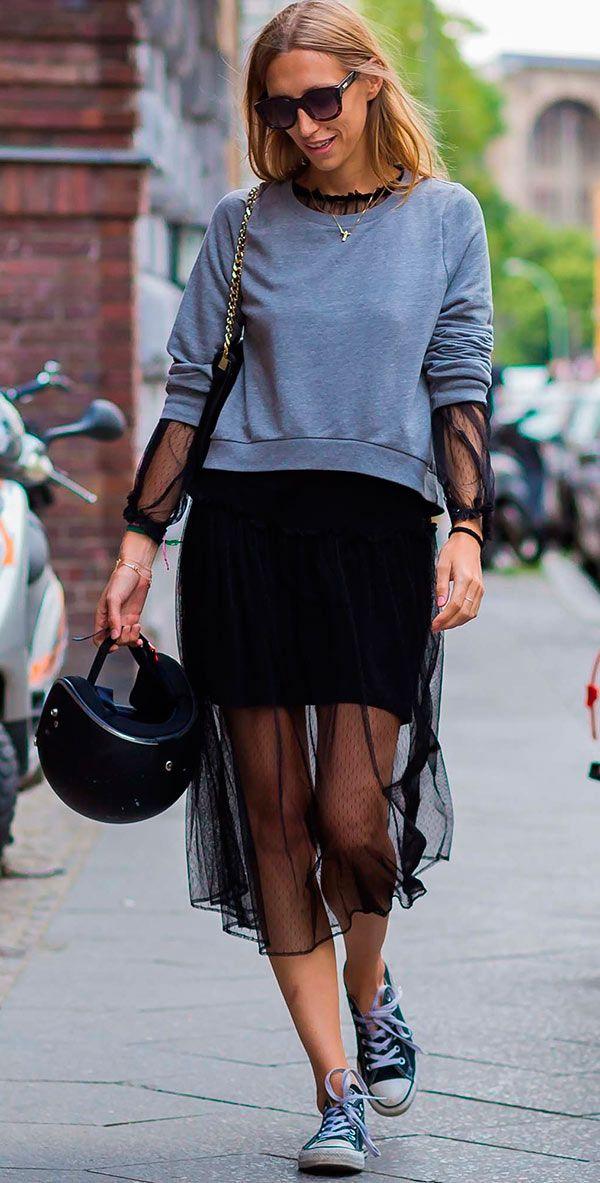 Street style look com moletom e vestido.