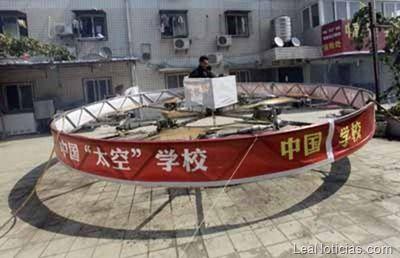 Agricultor chino construye un OVNI con motores de motocicleta - http://www.leanoticias.com/2011/09/24/agricultor-chino-construye-un-ovni-con-motores-de-motocicleta/