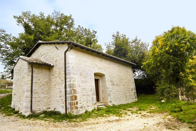 Chiesa della Madonna del Verde, già della Pietà, si trova fuori dell`abitato, tra Atri e Giappiedi e fu edificata da Panfilo Nozi. Il portale è datato 1641. All`interno conserva affreschi votivi, alcuni datati 1576 un sedile in pietra corre lungo le pareti.