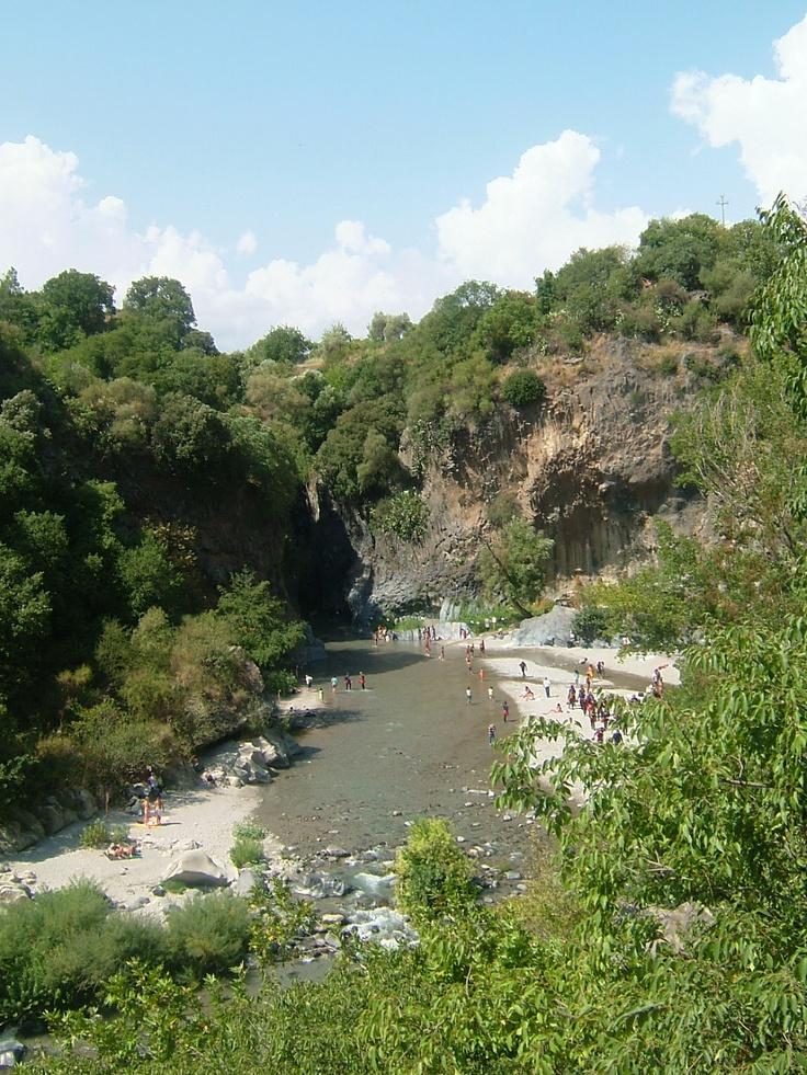 Spiaggetta sulla riva del fiume  Castiglione di Sicilia