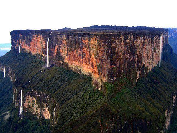 """Удивительная гора Рорайма — потеряный мир в лесах Амазонки  Гора Рорайма возвышается на стыке границ Бразилии, Венесуэлы и Гайаны.Эта высокая гора из песчаника, которая выступает почти на 9 100 футов (2 770 метров) из леса Амазонки. Гора Рорайма стала известной  в 1912, когда сэр  Конан-Дойль написал свой роман под названием """"Потерянный Мир""""."""