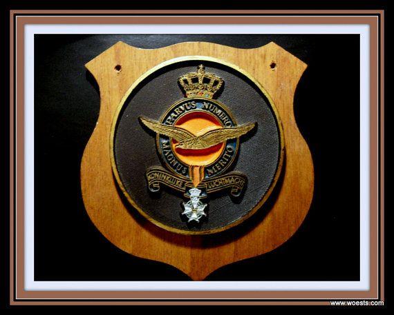 Vintage houten wapenschild met kunststof plaquette van door Woests
