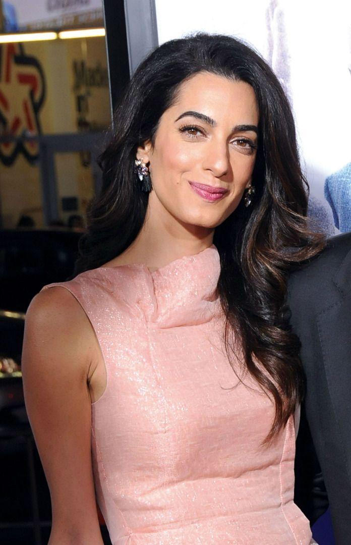 Sıcak & Mesafeli: Amal Clooney  02 Haziran 2017  Beyrut doğumlu İngiliz avukat Amal Clooney'nin müzmin bekar George Clooney'yi sihri altına almasına şaşmamalı. Zarafeti yeniden tanımlayan görünümleriyle eski Hollywood ikonlarını andıran bu muhteşem kadın, kendi stil kurallarıyla yüksek modanın da takdirini kazandı. İkiz bebek bekleyen ikonun trendlere değil zamansızlığa değer veren stiline yakından baktık.