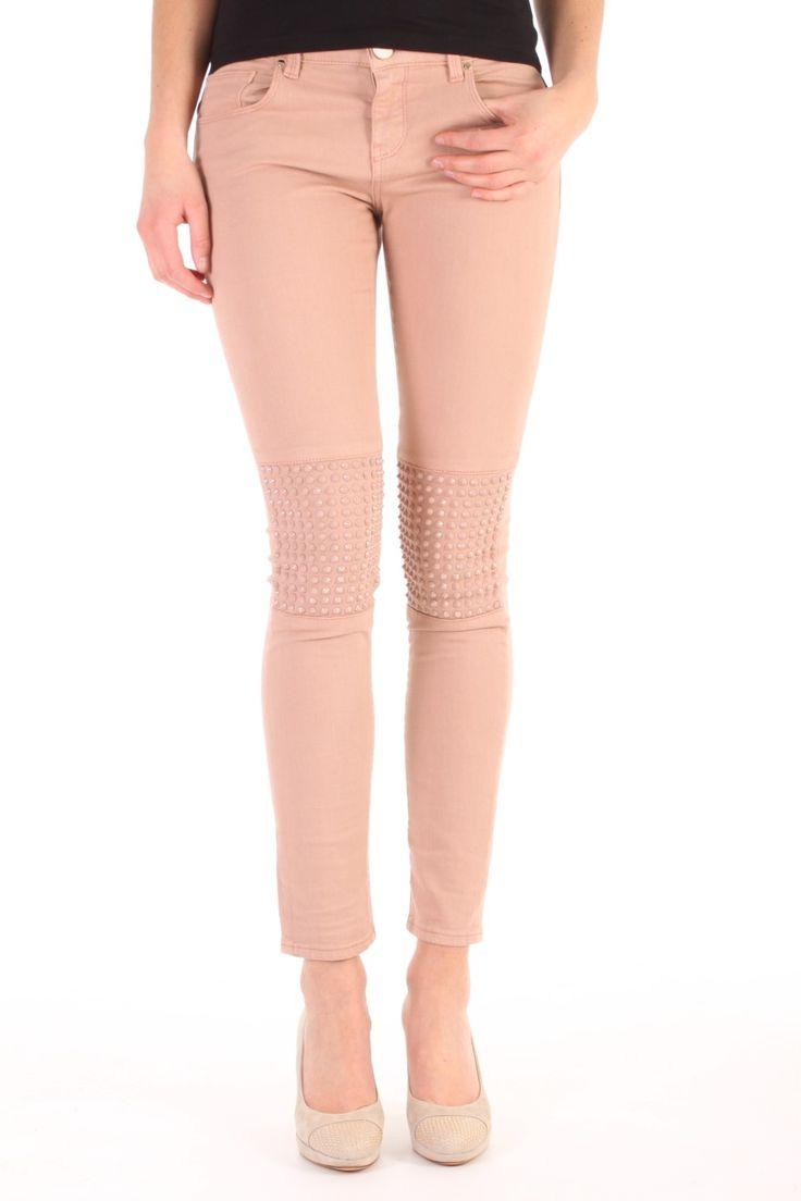 Deze jeans van Pinko, de Montmartre, is gemaakt van 98% katoen en 2% elastan. Het is een medium rise skinny fit met studs in de kleur van de jeans  op de knieen. Montmartre Rosa Tuscania - 1G10B2Z1HQ Q36.