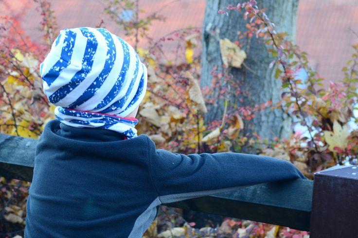Oboustranná čepice modré a bílé pruhy vel. 50cm Oboustranná čepice lehce prodlouženého střihu ušitá zúpletů certifikovaných pro děti do tří let. Jedna strana je modro-bíle pruhovaná, druhá červená. Čepici lze nosit ohrnutou nebo bez ohrnutí. Díky pružnému materiálu se dobře přizpůsobí tvaru hlavy. Složení: 95% biobavlna, 5% elastan  Údržba: jemné praní ...