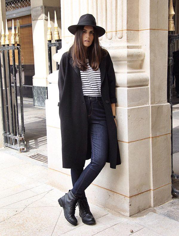 casaco longo preto e camiseta listrada