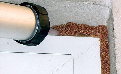 Spritz-Kork ist eine tolle Alternative zum allseits bekannten PU-Schaum. Mit dem Kork kann man die Anschlussfugen zwischen Fensterrahmen und Mauerwerk oder Türen und Trennwände abdichten.