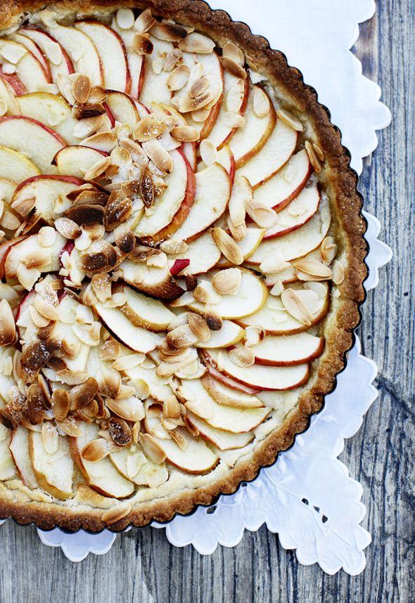 Der findes næsten ikke noget bedre end at sætte tænderne i et sødt, syrligt og saftigt æble. Vi har brugt de gode æbler i denne æbletærte med mandelcreme, som helt sikkert vil vække dessertglæde ved bordet!
