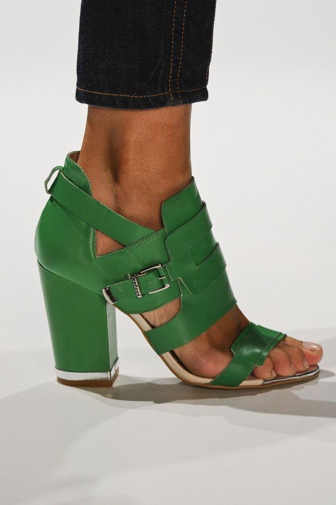Colcci Verão 2013: Green Shoes, Emeralds Green, Green Heels, Blocks Heels, Shoes Collection, Green Sandals, Girls Shoes, Elf Style, Chunky Heels