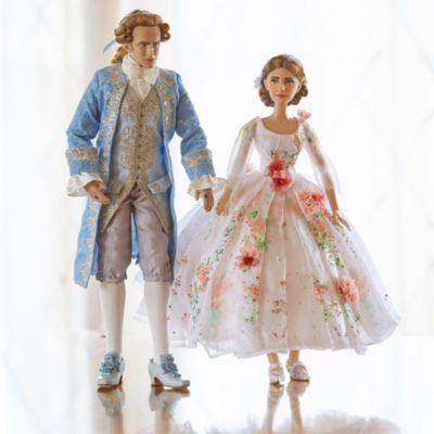Proposées en édition limitée, les poupées Belle et son Prince immortalisent le moment de bonheur vécu par les deux amoureux lorsque l'enchantement qui pèse sur la Bête est brisé. Inspirées du film d'action La Belle et la Bête, ces superbes poupées affichent des tenues aux détails exquis.