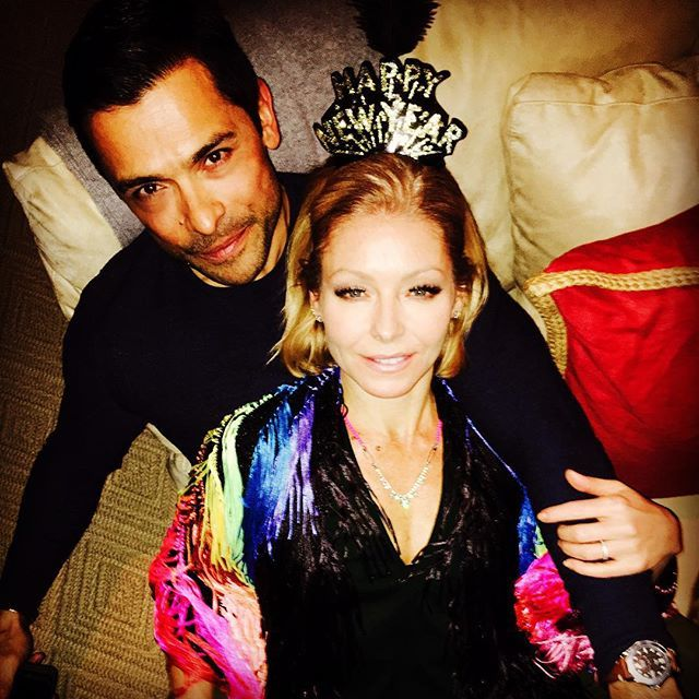 Pin for Later: Proof That Kelly Ripa and Mark Consuelos Have a Very Rare Kind of Love  Kelly cuddled up to her husband during their New Year's Eve celebration in 2015.