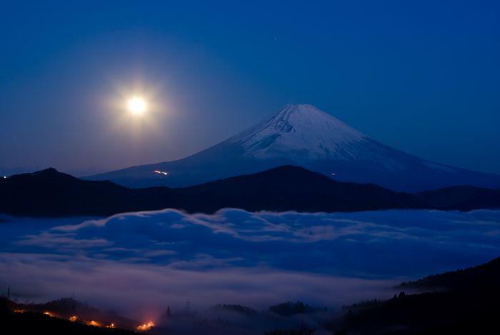 Mt Fuji 雲海の芦ノ湖と沈む月